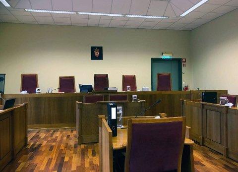 Den underslagstiltalte tidligere advokaten fra Sarpsborg erkjente straffskyld da rettssaken mot ham startet i Sarpsborg tingrett onsdag morgen.