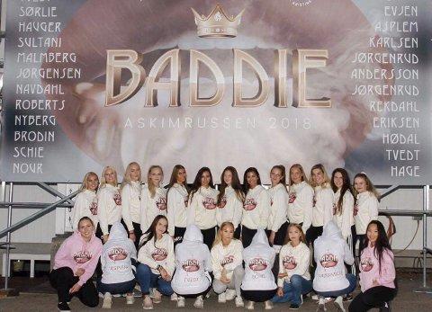 SAMLET: Jentene er blitt bedre kjent etter de gikk sammen om å være på buss. Her står jentene foran logoen til gruppen.