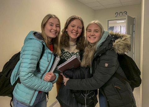 JULESTEMNING: Selma Solstad Jenssen (16), Andrea Eikeland Kristiansen (16) og Helene Ilgutubråten (16) vil ha mer julestemning på videregående også.