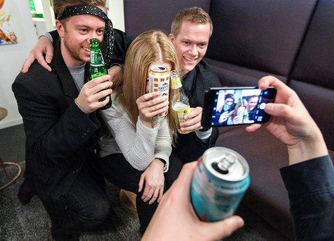 NY TREND: Stadig flere unge velger å drikke alkoholfritt og drikkervarer med lav alkoholprosent på fest. Eksperter tror sosiale medier er én av årsakene.
