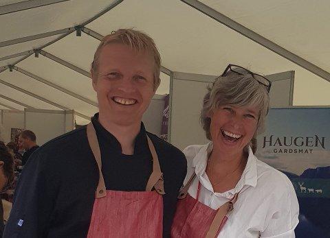 NØGDE: Eigarane av Haugen Gardsmat Odd Lothe Ohnstad og Kristine Ohnstad smiler breitt på Bergen Matfestival