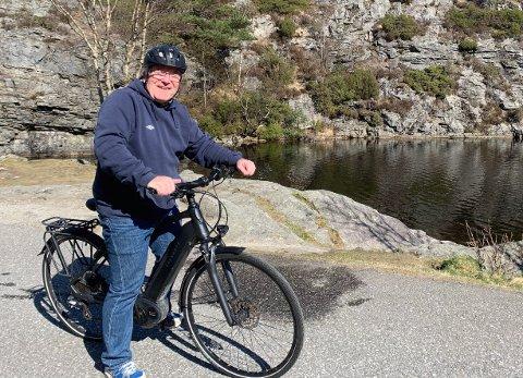 PÅ TRIMTUR: Davy Wathne brukte elsykkelen i strålande vêret søndag, her er den tidlegare TV2-profilen fotografert i Munkebotn mellom Sandviken og Eidsvåg.