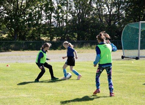 Det er omtrent like mange jenter som gutter på fotballskolen til Havdur.