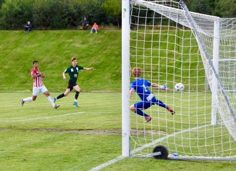 MÅL: Unge Jarand Veland skårer her sitt første mål for Staals A-lag og ble med det matchvinner mot Vardeneset.