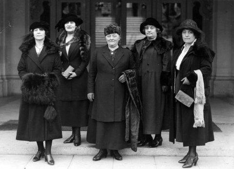 Betzy Kjelsberg var stort sett fra 1919 til midt på 1930-tallet norsk utsending til ILO i Genève, og noen ganger delegasjonsleder. Her er hun midtpunkt blant kvinnelige utsendinger i 1921
