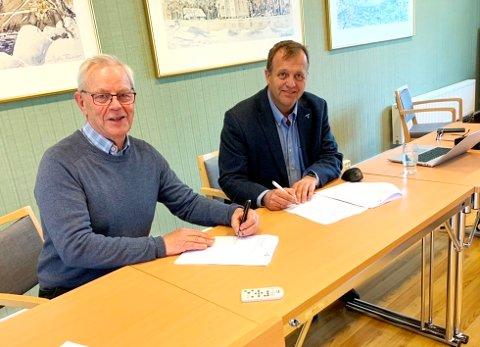 SKREV UNDER: Ordfører Kjell Sølverød og Arne Quist Christensen fra Telenor underskrev tirsdag en avtale om utbygging av bredbånd i Siljan.