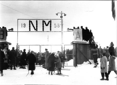 Strømmet til: NM på skøyter ble arrangert på Notodden i  januar i 1958. Roald Aas satte norgesrekord på 1500 meter, mens Knut Johannesen satte mesterskapsrekord på 10 000 meter. Norgesrekroden til Aas sto i nesten fire.