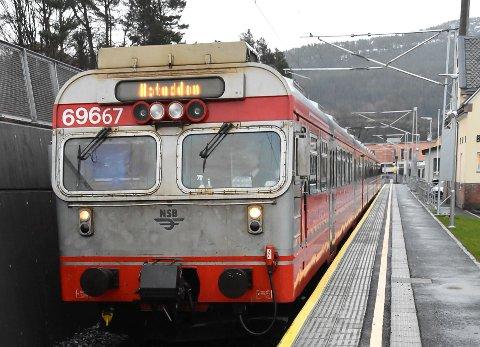 BRATSBERGBANEN: Hvorfor kan ikke dette toget korrespondere bedre med Sørtoget? Det er et spørsmål som vil bli stilt når jernbanedirektoratets Ove Skovdahl kommer til Notodden 18. mars.