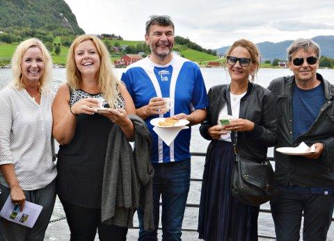 Nygifte Tanja Heggem og Ove Aage Grimsmo (nr 2 og 3 frå venstre) tok bryllaupsreise på «Framnæs» saman med gode venner.