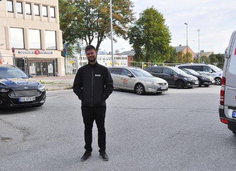 Drosjesjåfør Kjartan Brannan Karlsen ser fram til at fortauet rundt taxisentralen blir «freshere».