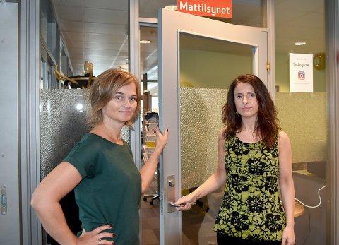 PÅ HJUL: Margrethe Svinvik og Jenny Klinge frykter at Mattilsynets ansatte blir mer i bil på vei til lokasjoner for tilsyn i stedet for å utføre tilsyn og det arbeidet de skal, dersom de ansatte i Surnadal flyttes til Kristiansund.