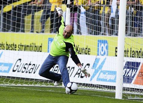 Bruce Grobbelaar, her fra et pauseshow i en eliteseriekamp i 2009, skal jobbe for norske Øygarden FK.
