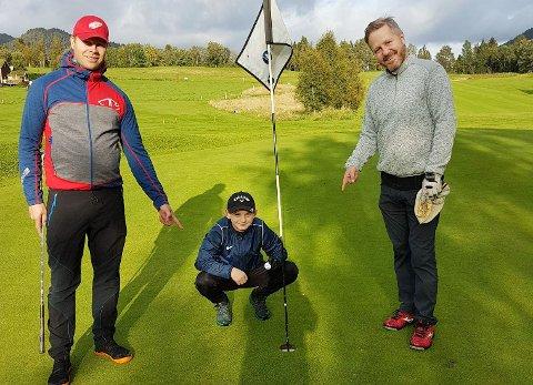 Rickard Larsson (til venstre) og Knut Bergli kunne onsdag bekrefte at Marius Kvande slo hole-in-one på hull 5 på Surnadal Golfpark.