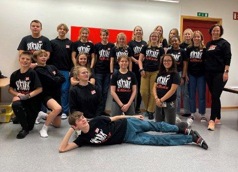 UNGE MOTIVATORER: 20 ungdomsskoleelever i Kristiansund ble kurset for å spre trygghet og positivitet i skolen.