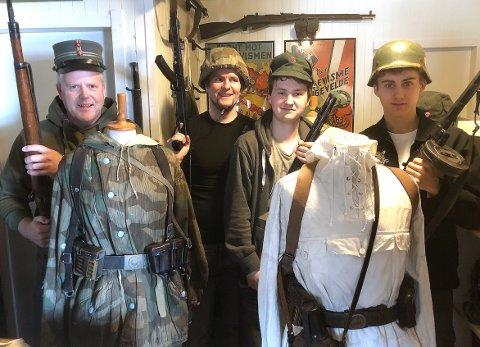 UTSTILLING: Jo Inge Øverland (til venstre) tok initiativet og fikk med seg Petter Forberg, Eskil Andersen og Eskil Aarnes Øverland til å lage en militæreffekt-utstilling i Galleri Finstuå i Surnadal kulturhus lørdag 8. mai.