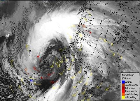 Det blåser nå stiv og sterk kuling mange steder i SørNorge, full storm i grensefjella i Nordland, melder Meteorologisk institutt torsdag ettermiddag. Lavtrykket går østover og vinden øker til storm på Vestlandet, i fjellet og lokalt Østafjells.