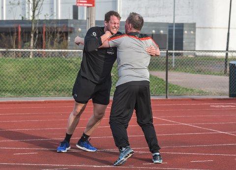 PAPPA BIDRAR: Marthin Hamlet bryner seg på pappa Steinar Hamlet Nielsen under kondisjonsøkt i Greveskogen Idrettspark.