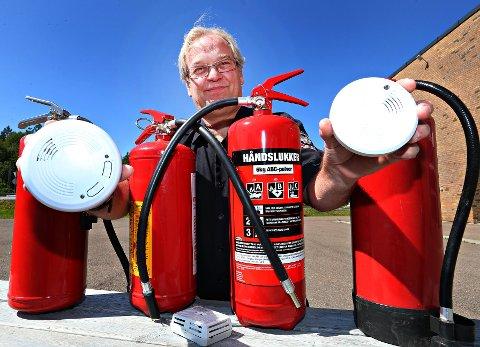 RØYKVARSLER OG SLUKKEMIDDEL: Det er viktig å ha både fungerende røykvarsel og slukkemiddel på hytta, forteller feiermester Jan Espeseth.