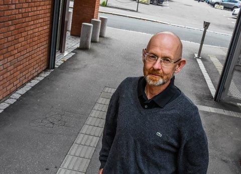 ADVARER IKKE: Kommuneoverlege Sigmund Skei sier at det ikke er nødvendig å sende ut en advarsel hvis en nærkontakt har vært tilstedet.