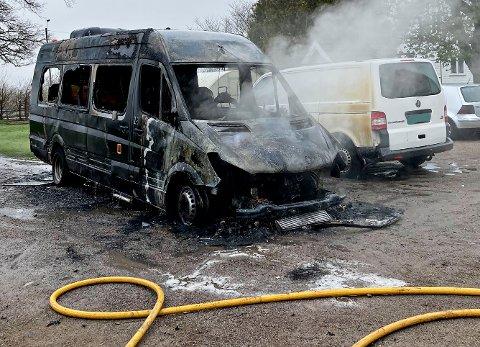 UTBRENT: Minibussen er totalt utbrent, og nabobilen har fått sot og smelteskader.