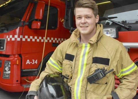 StorTrives: Mathias Tolleshaug (22) er røykdykker og brannmann. Han trives godt i brannvesenet, og er soleklar på at han vil fortsette.  I Tvedestrand har brannmennene én ukes hjemmevakt hver måned. - Da holder vi oss i nærområdet, edrue og fine.Foto: Mette Urdahl
