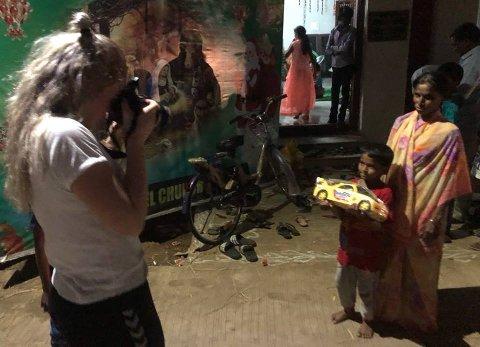 Indiana Caroline Espeland (14) får sterke inntrykk på turen i India. Her fotograferer hun en ung gutt og  bestemoren etter at gutten er tatt inn i Anna Ministries som en ny gutt de vil jobbe for å få fadder til. Indiana fikk også anledning til å gi ham en kjempestor lekebil. Privat foto