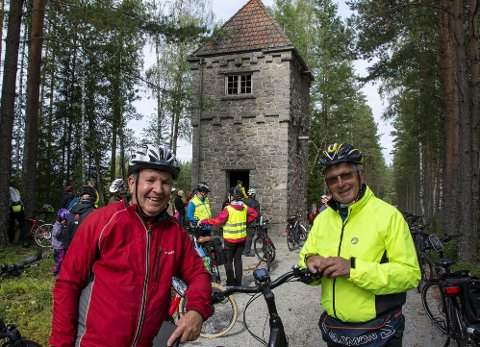 Elsykkeltur: Finn Wasler fra Sundebru og Roald Stiansen fra Kilsund foran det monumentale vanntårnet på Gaukås. Foto: Guttorm Eskild Nilsen