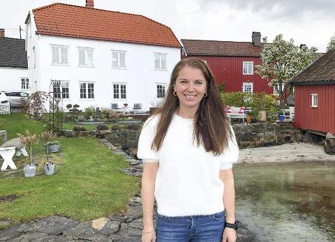 Falt for huset og stedet: Christina Ødegård er vokst opp i Sandefjord, og oppdaget huset i Narestø på Finn.no. Hun har lagt ned mye tid og ressurser på å få det slik hun vil, og har pusset opp både innvendig og utvendig. Målet har vært å få et funksjonelt hus til hele familien, som man kan bo i året rundt. Men hun er også opptatt av at eksteriøret på det gamle huset og hagen rundt er i tråd med den verneverdige uthavnen for øvrig.  Foto: Siri Fossing