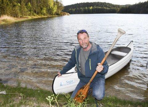 Grunneier: Arne Martin Gjøseid bor ved Gjøseidvannet, og har selv en kano som han bruker en gang i blant. Arne Martin Gjøseid er forøvrig styreleder i Gjevingvassdraget grunneierlag, og forteller at vannstanden fortsatt reguleres av hensyn til de som har eiendommer her, og på grunn av fisken som går opp i elva. Tidligere ble vassdraget regulert i forbindelse tømmerfløting, og på Gjeving var det også bedrifter som hadde bruk for vannet herfra i sin produksjon. Foto: Øystein K. Darbo