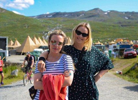 Kjente fjes: Silje Larsen Borgan (t.v.) og Christine Dancke tilbringer torsdagen på Vinjerock. DJ-duoen skal spille i kveld under navnet «Hoetell».