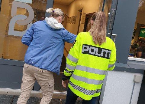 FOREBYGGENDEINNSATS:Fra politiets forebyggende aksjon på Bjertnes videregående skole fredag sist uke.