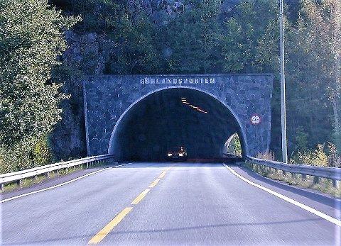 SØRLANDSPORTEN: Rett før avkjøringen til Risør er selve porten til ferieparadiset.