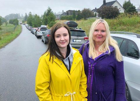 PÅ SHOPPING: Jenny (tv) og Siv Isaksen hadde reist fra festningsbyen til Vestby i regnværet. En person i rullestol var også i turfølget, og alle var spente på tilstandene inne i travle turistgater ved outleten.
