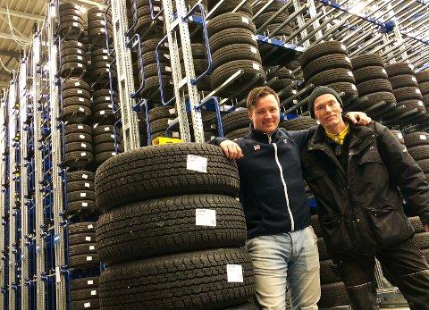 VESTFOLDS STØRSTE: Dekkhotellet på Jarlsberg i Tønsberg har plass til dekkene til 6.000 biler - 24.000 dekk. På bildet arbeidsformann Joakim Aasvang (t.v.) og truckfører Knut Strånd.