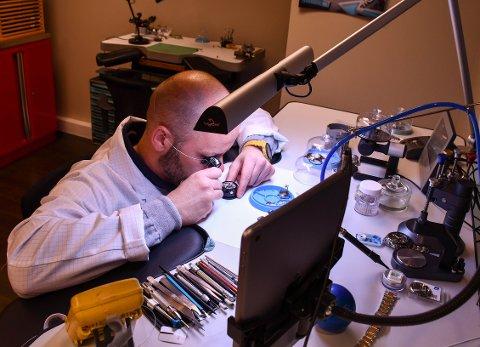 PERFEKT UR: Kjartan Aastvedt trenger en stø hånd når han jobber med mekanikken i klokker. Her holder han på med en Rolex.