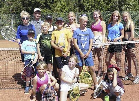 Tennisskole: Å delta på tennisskoler har alltid vært populært. Her er et knippe fornøyde deltakere fra 2018. Alle foto: Per Wollbraaten