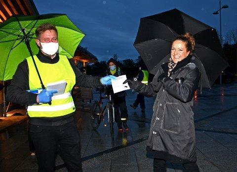 Ordfører Truls Wickholm har grepet fatt i Gry Martens Meyer Svae  som kan avsløre at hun har munnbind i veska, og at hun setter pris på kommunens initiativ.