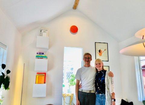 Dennis Widlic og  Silje Mathisen har gjort det gamle uthuset lyst, frisk og omhyggelig fornyet. (Klikk på pilen for å se hvordan det var før.)