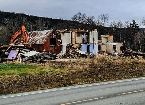 Holtålen kommune kjøpte tidligere i år eiendommen Snoen. Nå er rivingen i gang.