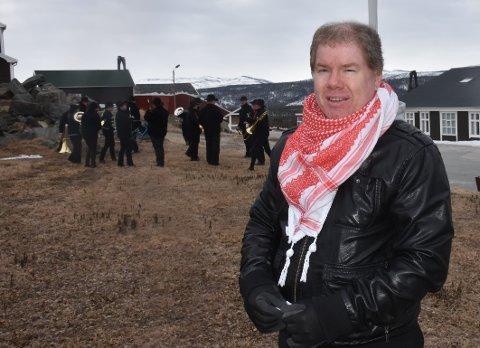 PÅ PLASS: Ronny Bekken Larsen, leder i LO Nord-Østerdalen, markerte 1. mai i Folldal sammen med janitsjarene og et 30-talls tilhørende.