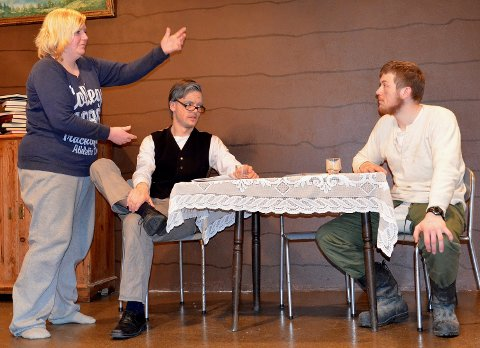 ACTION: Siv Smistad i kjent positur. Bildet er tatt for noen år siden. Her legges siste hånd på verket i en lokalrevy med Magnus Sjølseth og Jonas Holten som skuespillere på scenen i Øksendal samfunnshus.Foto: Arkiv