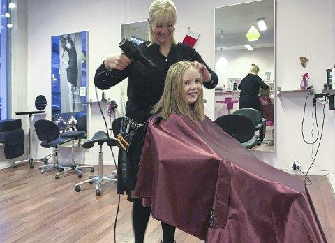 Hårfin: Lene Neergaard (t.v.) og Ane Ramsøy-Halle synes det er godt å tenke på at noen skal få glede av håret til Ane.