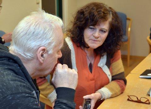 Dyrt nok: Milly Bente Nørsett i samtale med partifelle Jan-Harald Rolland.