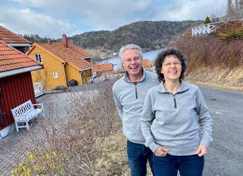 GJORDE SØNDØLINGER AV SEG: Jürgen (t.v.) og Sabine Rumker var hyttegjester som ble fastboende. Nå har de bodd på Søndeled i 17 år.