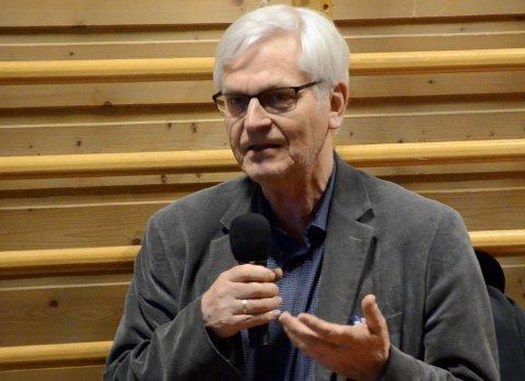 KLAR BESKJED: Pensjonert diplomat Leif Arne Ulland valgte ikke den mest diplomatiske uttalesen på folkemøtet.