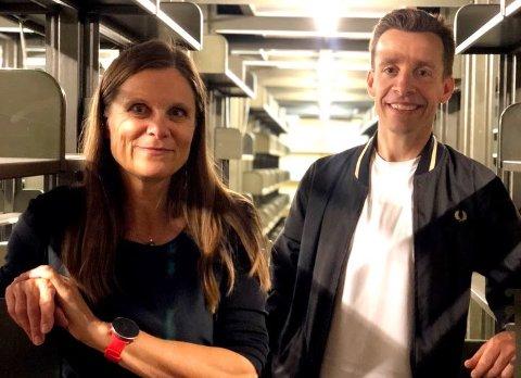 Kurator under Oslo Negativ, Nina Sørlie, og festivalansvarlig Lars Tefre Baade i de gamle bokmagasinene i det gamle hovedbiblioteket på Hammersborg.