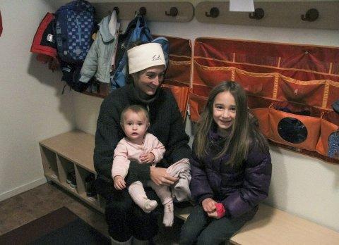 GLER SEG TIL NY BARNEHAGE: Miranda Markus leverer vesle Ellinor (11 månader) i Bø barnehage medan storesøster Emma Sofie (7) er med.FOTO: Linn  merete rognø