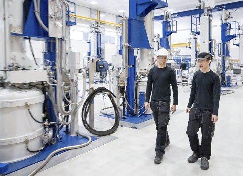Ovnene der Norwegian Crystals trekker sine monokrystallinske ingoter i Glomfjord skal nå bygges om for å bli enda mer effektive. Det skal sikre fortsatt drift og videre utbygging, konstaterer fabrikksjef Børge Selstad og skiftleder Wictor Salmonsen.