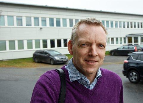 Redegjorde: Rådmann Eirik André Hopland la fram en grundig redegjørelse for politikerne i Hamarøy og Tysfjord.