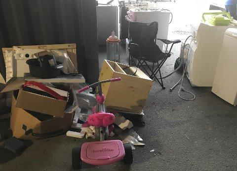 Trehjulsykkel, campingstol, lampe, reol, esker, isopor og annet skrot